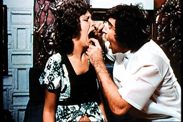 Deep Throat (Garganta Funda, 1972) de Gerard Damiano. Uma mulher padece de uma condição especial: tem o clítoris na garganta