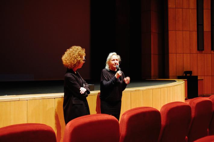 Agnès B. apresenta o seu filme Je m'appelle Hmmm… no grande auditório da Culturgest