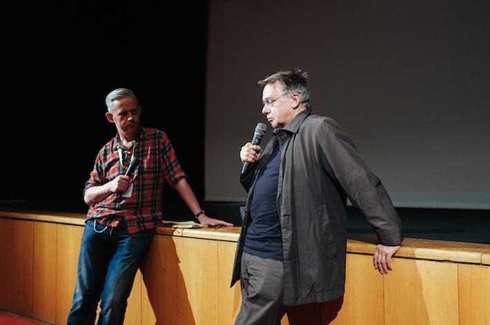 """O crítico de cinema Neil Young esteve no festival para apresentar algumas sessões e moderar conversas com os realizadores que vieram ao festival. Na tarde de dia 1 de Maio contámos com a presença de Heinz Emigholz, realizador do documentário The Airstrip – Aufbruch der Moderne, Teil III. No final da sessão Neil Young moderou uma óptima conversa com Heinz Emigholz acerca deste seu último de três documentários em torno da arquitectura e das suas relações com o enquadramento e o tempo, que atravessa diversos momentos e geografias numa """"fuga ao modernismo""""."""